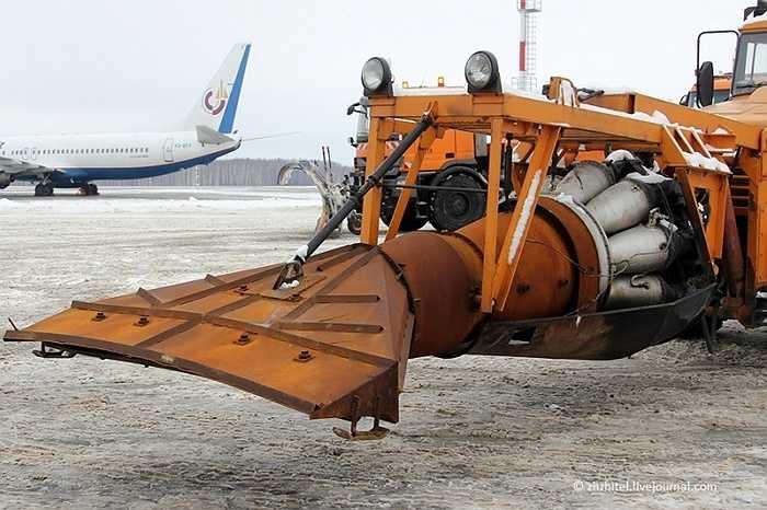 Khi vận hành, sức nóng và luồng khí từ động cơ phản lực phía sau sẽ thổi dạt tuyết về hai bên, làm sạch đường băng.