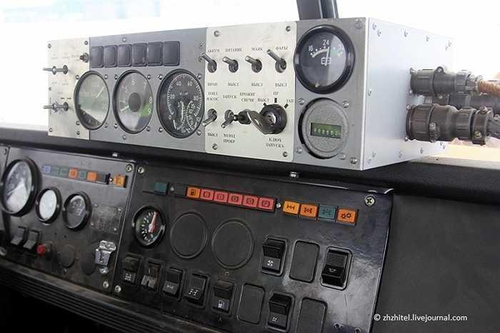Bảng điều khiển phía trong xe cũng khá phức tạp, chủ yếu là để điều khiển động cơ phản lực.