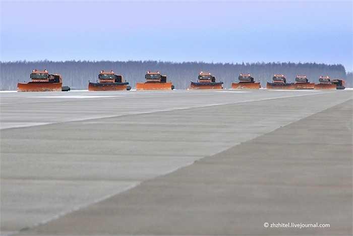 Dàn xe quét tuyết làm sạch đường băng sân bay chỉ trong một lượt chạy qua (Trần Thái)