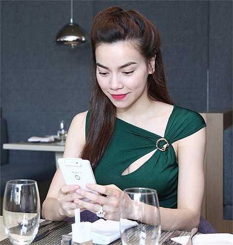 Diện một bộ trang phục thanh lịch, Hà Hồ xinh đẹp gặp mặt báo chí.