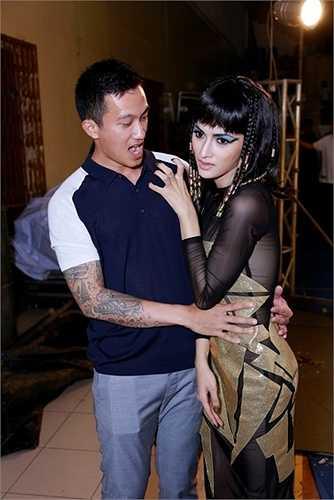 Với sự dàn dựng công phu từ trang phục cho đến bài diễn, Hương Giang đã khiến khán giả giật thót tim với những động tác dứt khoát, uyển chuyển.