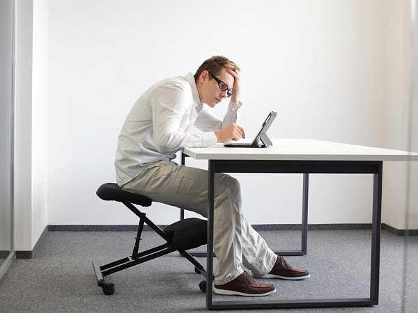 3. Tư thế xấu: Ngồi lâu làm cho khung xương chậu bị nghiêng và gây áp lực lên các sống thắt lưng. Điều này làm cho đầu hướng sát gần phía máy tính, vai cong lên để nâng trọng lượng cơ thể.