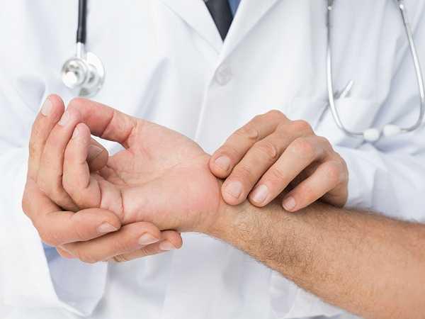 8. Lưu thông kém: Ngồi trong thời gian dài làm cho máu lưu thông chậm chạp qua cơ thể, dẫn đến bệnh về huyết áp và bệnh tim.