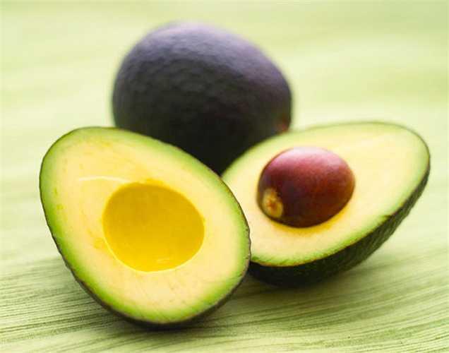 Quả bơ: giàu axit béo không bão hòa, giúp làm giảm nồng độ cholesterol trong máu ngăn ngừa đông máu. Nó cũng chứa kali, magiê giúp cân bằng huyết áp, giảm nguy cơ mắc bệnh tim.