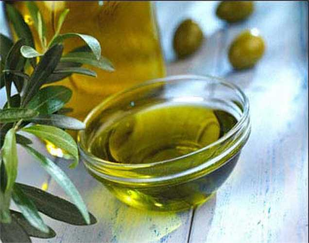 Dầu oliu: Nó rất giàu axit béo omega 3 giúp loại bỏ sự lắng đọng cholesterol trong động mạch và ngăn ngừa cơn đau tim. Nó cũng rất giàu vitamin E giúp loại bỏ các gốc tự do ra khỏi cơ thể do đó ngăn ngừa tổn thương nội tạng.