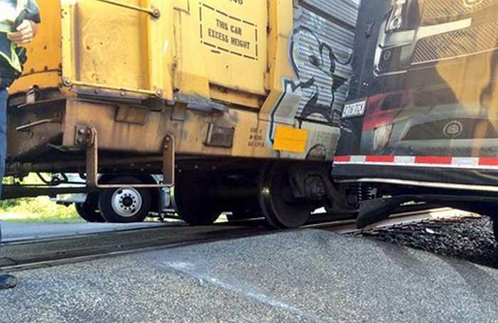 Nhân chứng thuật lại, không hiểu tại sao người tài xế xe tải xuống xe (ngay vị trí đường ray) và đi sang bên đường khoảng 3 phút trước khi tàu tới.