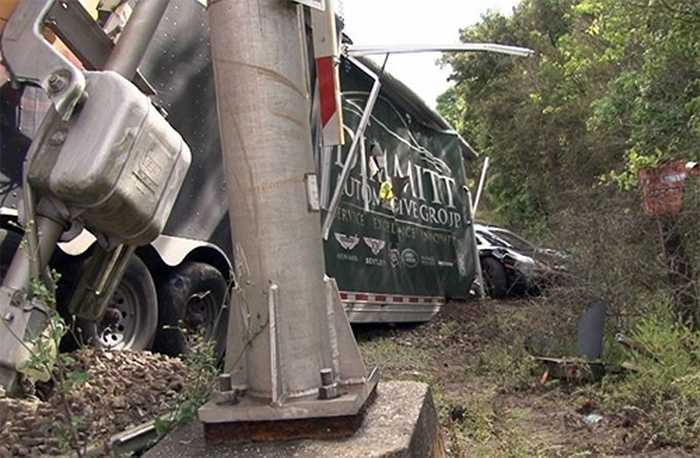 Cảnh sát tuần tra đường cao tốc Florida đang điều tra vụ việc. Tài xế có thể bị kết tội khi dừng xe cắt ngang đường ray, ngay nơi có biển báo cấm.