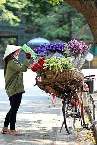 Vì loa kèn nở đúng dịp nắng đầu hè nên những cô hàng hoa thường tưới nước liên tục để giữ độ ẩm cho hoa.