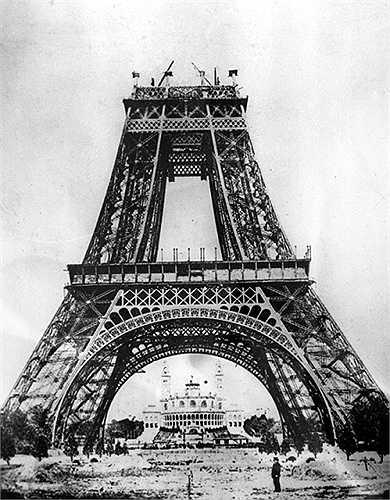 Tháp do kỹ sư Alexander Gustave Eiffel thiết kế, mừng 100 năm cách mạng Pháp và thể hiện sức mạnh của công nghiệp Pháp