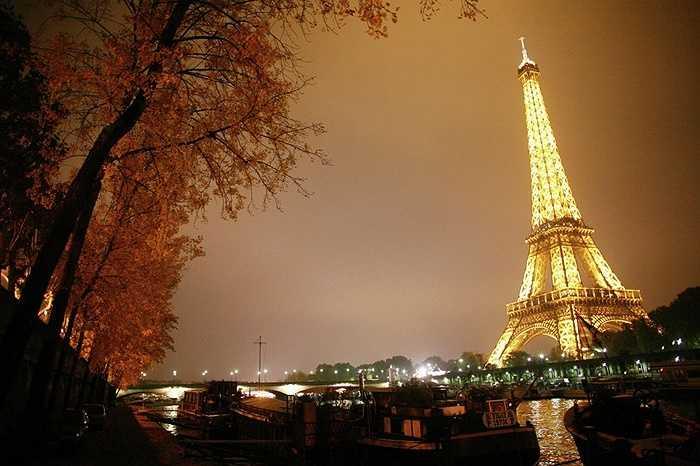 Chiều cao tổng thể của tháp là 324m, bao gồm cả ăng ten trên đỉnh, nếu không tính ăng ten chiều cao của tháp chỉ tròn 300m