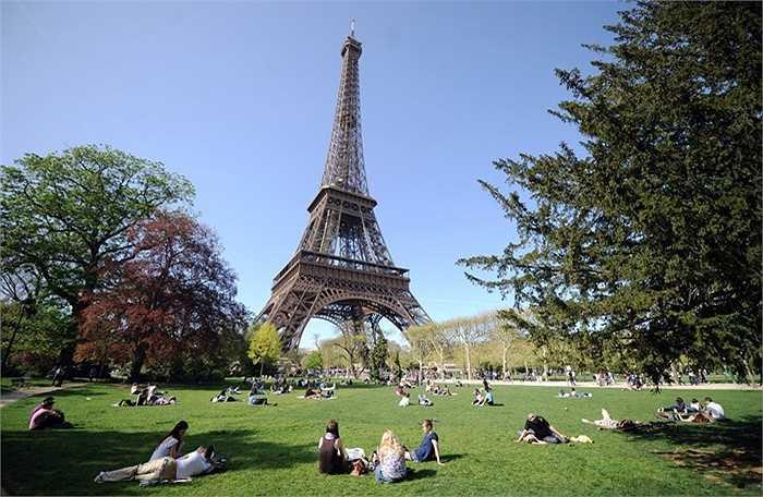 Cứ 7 năm một lần, người ta dùng đến 60 tấn sơn để bảo dưỡng cho tháp Eiffel