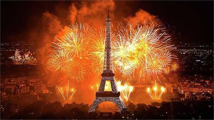 Năm 1944, khi Adolf Hitler đến Paris, hắn ra lệnh cho tướng Dietrich von Choltitz phá hủy tháp Eiffel nhưng vị tướng này bất tuân thượng lệnh
