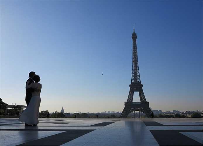 250 triệu là số lượng du khách đã đến thăm tháp Eiffel trong những năm vừa qua