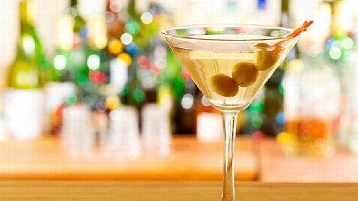 Martini: Gọi một Martini có hương vị nghĩa là các chàng đang tự thừa mình không phải là một người đàn ông chính hiệu và đó là con đường ngắn nhất để các cô nàng biến mất khỏi cuộc đời bạn nhanh chóng.
