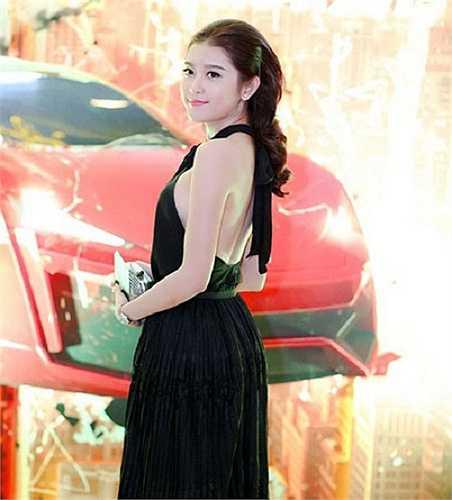 Á hậu Nguyễn Trần Huyền My vai thon, lưng trần quyến rũ tham dự sự kiện.