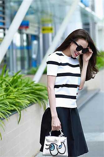 Trà Ngọc Hằng có cách phối hợp trang phục rất xì tin, phù hợp với phong cách dạo phố.
