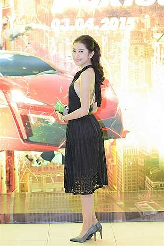 Nguyễn Trần Huyền My quyến rũ mọi ánh nhìn bằng vẻ gợi cảm.