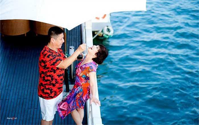 NSƯT Chí Trung tình cảm với bà xã Ngọc Huyền khi cả hai có chuyến du lịch.