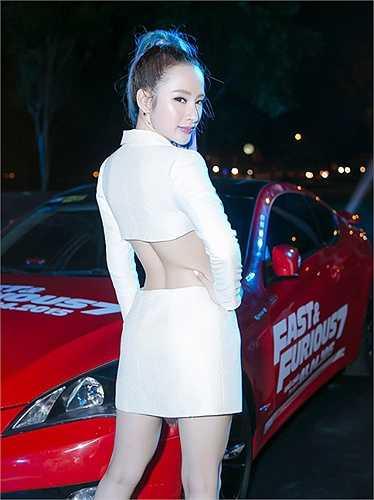 Cách trang điểm, làm tóc của Angela Phương Trinh cũng hoàn toàn khác lạ.