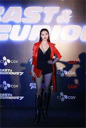 Khánh My cũng nóng bỏng khi xuất hiện tại sự kiện.