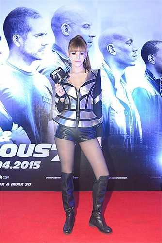Cuộc chiến sexy của các người đẹp còn có sự tha gia của Andrea, Diễm My, Huyền My, Hương Giang Idol.