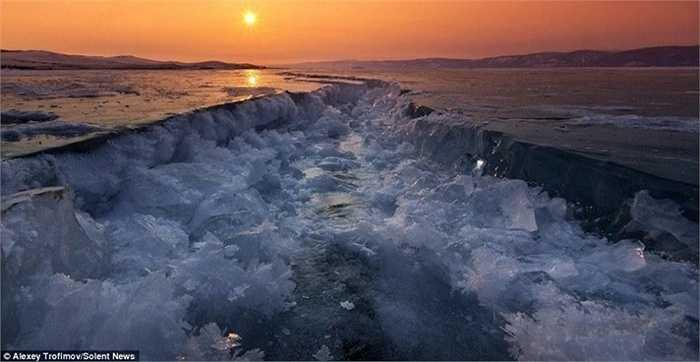 Mỗi năm, nước hồ đều bị đóng băng. Tùy theo nhiệt độ mà mức độ đóng băng khác nhau. Lớp băng dày hơn 1m