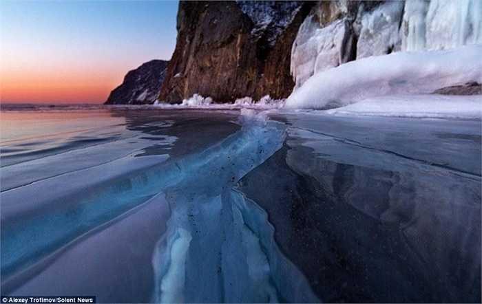 Những vết nứt xuất hiện kéo dài trên mặt hồ rộng cho ta cảm giác như chúng vô tận ở cuối chân trời