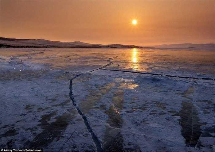 Vì hồ nước rất sâu, băng cứng nên hoàn toàn có thể đứng để chụp ảnh