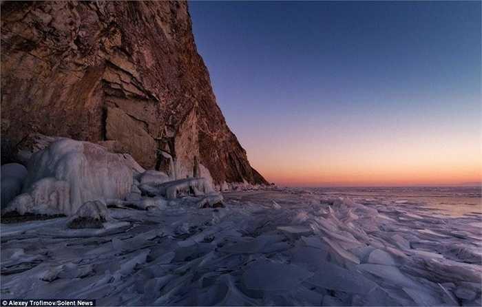Tác giả bộ ảnh mô tả 'động băng' của hồ có vẻ đẹp ma thuật và siêu nhiên