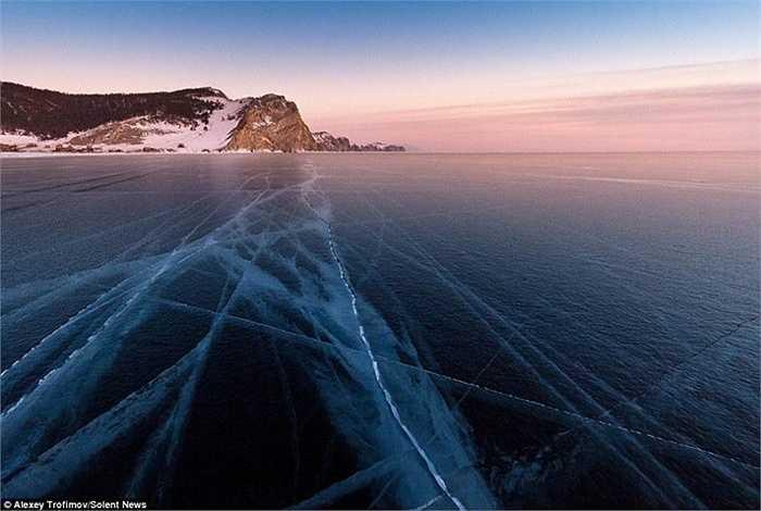 Không gian mênh mông với lớp băng bao phủ mặt hồ rộng lớn trong lạnh giá của viễn Đông nước Nga