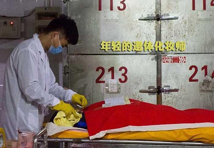 Có một công việc âm thầm khiến nhiều người ngạc nhiên là trang điểm tử thi. Hình ảnh chụp nhân viên trang điểm tử thi ở nhà quàn tại Liễu Châu (Quảng Tây, Trung Quốc)
