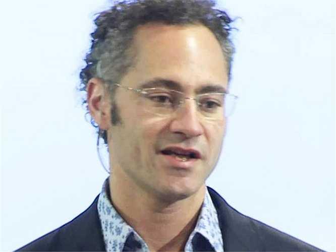 16. Alexander Karp (tài sản: 1,2 tỷ USD) là người sáng lập công ty phần mềm máy tính Palantir Technologies, Inc. Công ty tập trung vào mảng dịch vụ phần mềm quản trị nguồn lực, hiện công ty này có giá trị khoảng 15 tỷ USD.