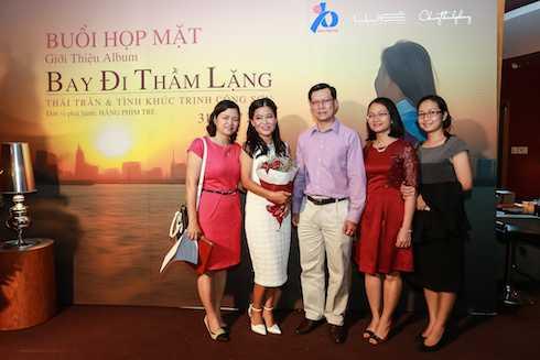 Gia đình và rất nhiều bạn bè đã đến ủng hộ cho Thái Trân.