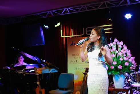 Thái Trân thể hiện một số ca khúc trong album.