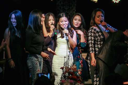Nhiều bạn bè là ca sỹ đến chung vui khiến Thái Trân rất hạnh phúc và xúc động.