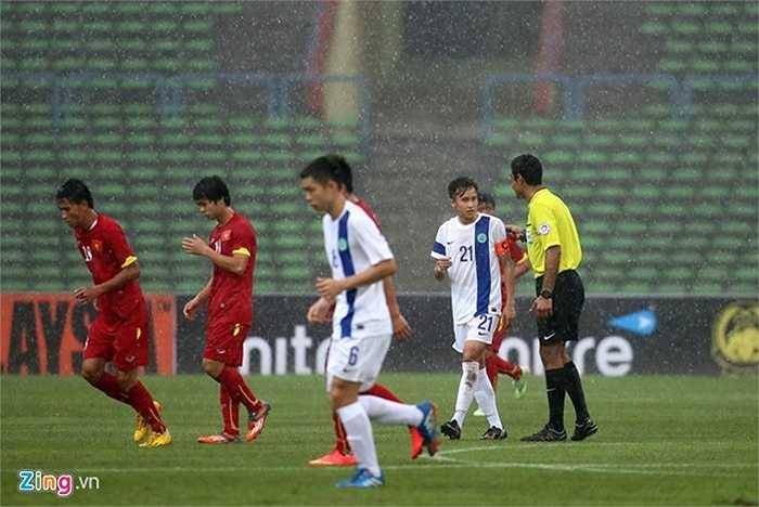 Khi trận đấu tại sân Shah Alam diễn ra chưa được 10 phút và U23 Việt Nam đang dẫn 2-0, các cầu thủ buộc phải rời sân vì trời mưa quá to