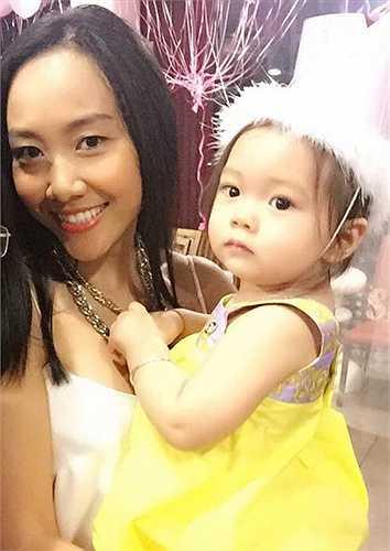 Đoan Trang rạng ngời hạnh phúc bên con gái cưng. Bé Sol càng lớn càng xinh xắn, có nhiều nét giống bố, đặc biệt là làn da trắng hồng.