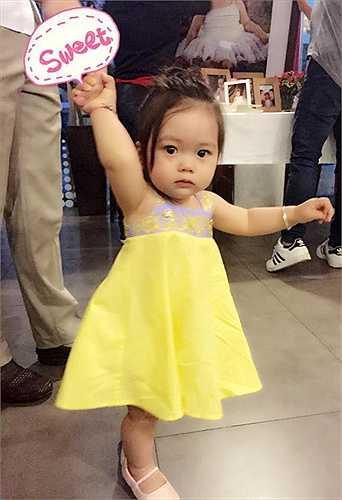 Cô bé đang ở tuổi lẫm chẫm tập đi, được bố mẹ hết mực yêu thương, cưng chiều.