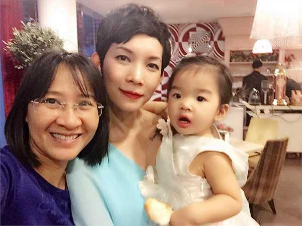 Mẹ con siêu mẫu Xuân Lan và một số bạn bè thân thiết với gia đình Đoan Trang cũng được mời dự tiệc.