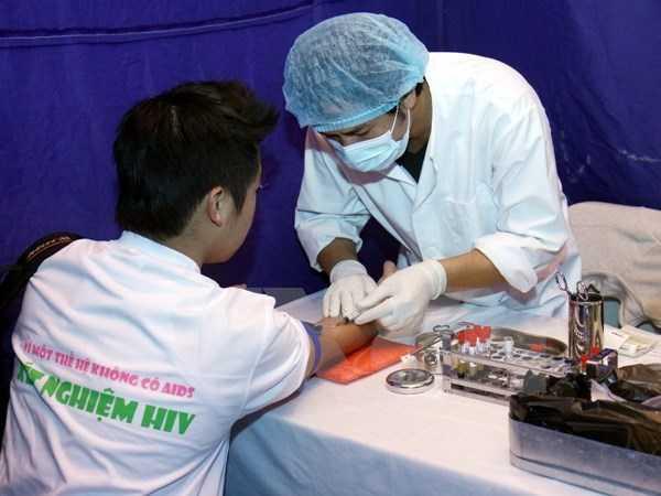 Nhân viên y tế lấy máu xét nghiệm HIV cho người dân