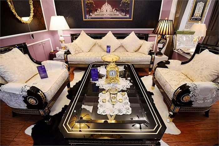 Sản phẩm gồm bàn, ba chiếc ghế, bộ cốc chén, đồng hồ để bàn.