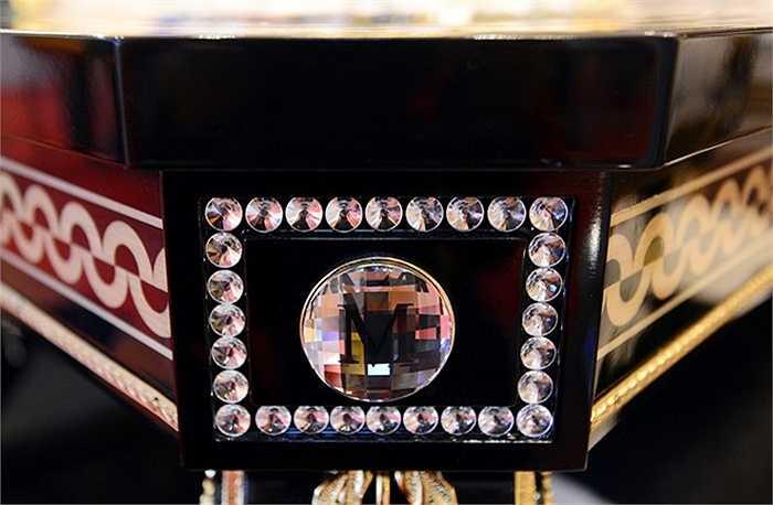 Xung quanh bàn ghế được trang trí thủy tinh Murano của Ý và các hạt pha lê Swarovski của Áo.