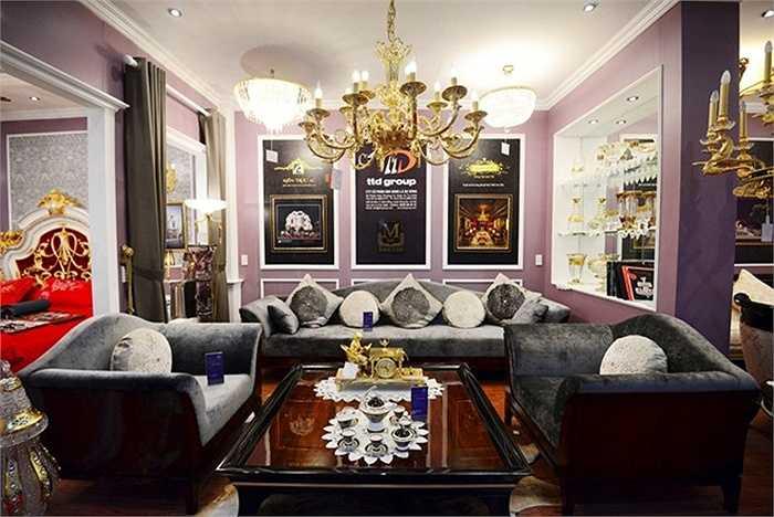 Xuất hiện tại một cuộc triển lãm nội thất ở Hà Nội, ngoài bộ bàn ghế trên còn nhiều sản phẩm cao cấp, đắt đỏ khác. Bộ bàn ghế sofa này có giá 1,1 tỷ đồng.