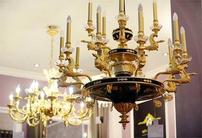 Một đèn chùm có giá gần 900 triệu đồng đúc từ đồng, mạ vàng 24K với thiết kế tinh xảo.