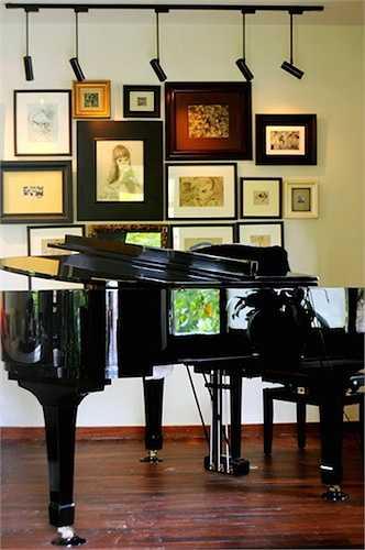 Những bức tranh được treo trên tường cùng cây đàn piano là điểm nhấn trong một không gian sống đậm tính nghệ sỹ của diva.