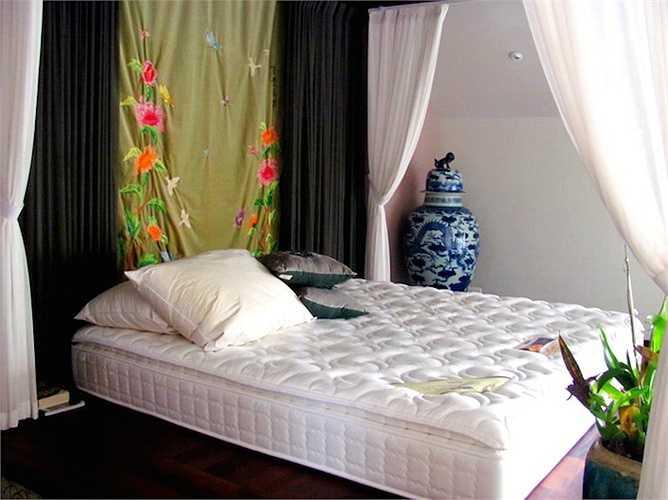 Phòng ngủ với phong cách xưa của diva làng nhạc Việt.