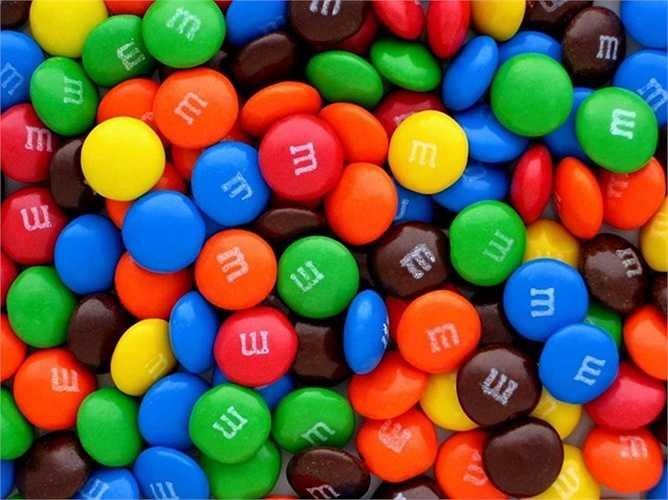 Hãng bánh kẹo Mars chế ra công thức cho chocolate M&M vào thời Nội chiến Tây Ban Nha. Trước đó, Forrest Mars Sr. nhìn thấy binh lính ăn những viên chocolate nhỏ bọc ngoài một lớp kẹo cứng, giúp chúng không bị chảy dưới trời nắng.