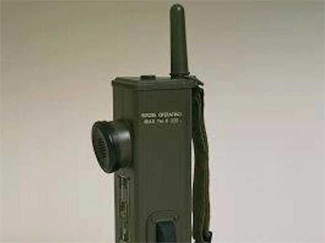 Motorola tiền thân là một công ty sản xuất pin có tên Galvin Manufacturing Corporation. Năm 1940, công ty phát triển máy bộ đàm radio hai chiều Handie-Talkie SCR536, sản phẩm biểu tượng trong Thế chiến II.
