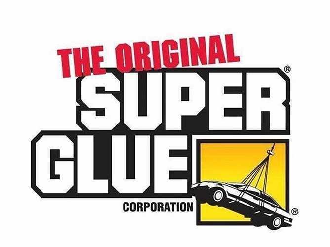 Keo siêu dính Super Glue được phát hiện lần đầu tiên năm 1942, khi một nhóm các nhà khoa học tình cờ chế ra trong lúc đang điều chế nhựa sản xuất súng. Hợp chất này kết dính bất cứ vật thể nào tiếp xúc với nó.