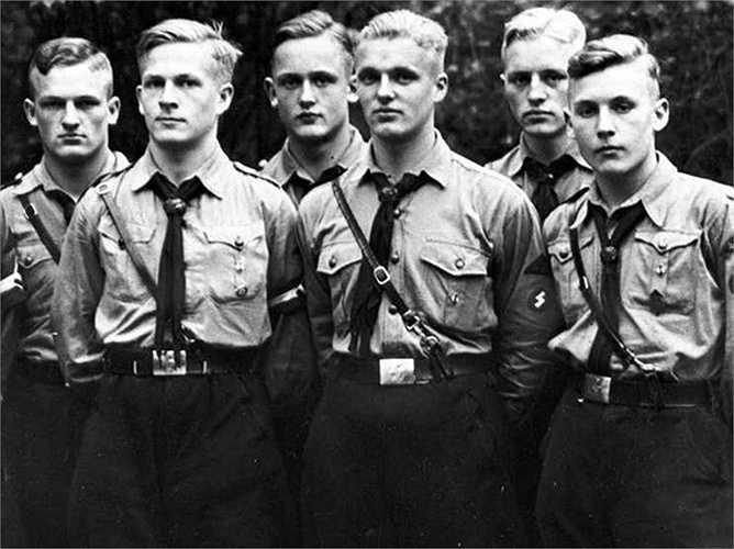Hugo Boss là một thành viên của Đảng Phát xít. Ông trở thành nhà cung cấp đồng phục chính thức của đảng Quốc Xã, bao gồm cả Đoàn thanh niên Hitler, tổ chức bán quân sự Sư đoàn bão táp và Đội cận vệ.